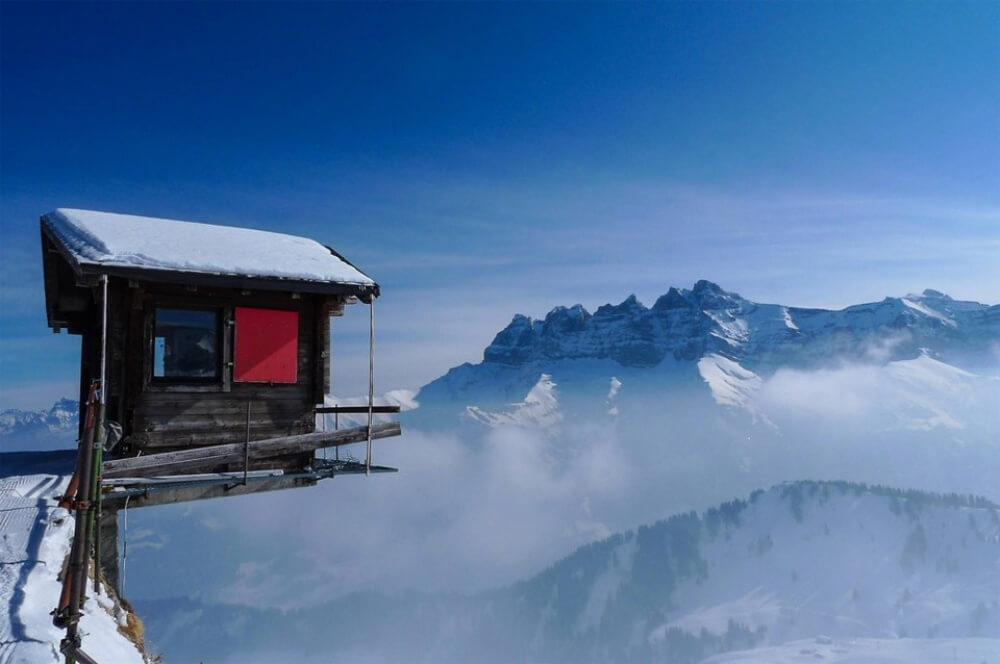 11608410-R3L8T8D-1000-7hut-hanging-over-the-edge-alpes-switzerland