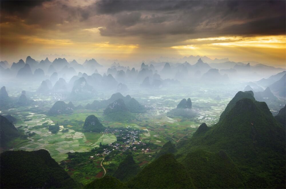 11609660-R3L8T8D-1000-16flying-by-hot-air-balloon-over-yangshuo-china