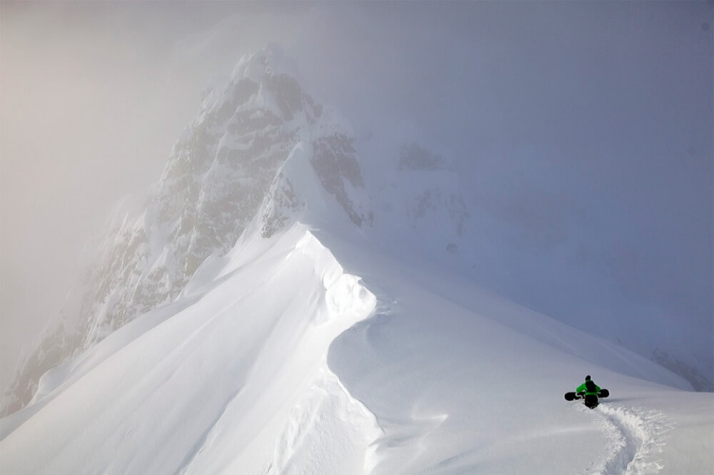 11615560-R3L8T8D-1000-snowboard-going-for-the-top