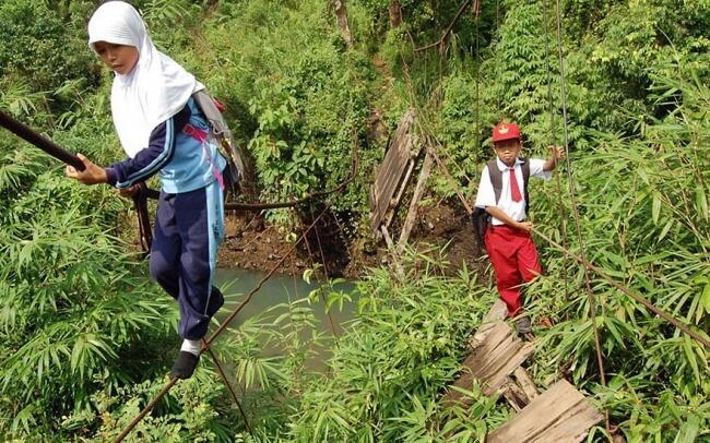 8532410-R3L8T8D-650-children-going-to-school-around-the-world-27