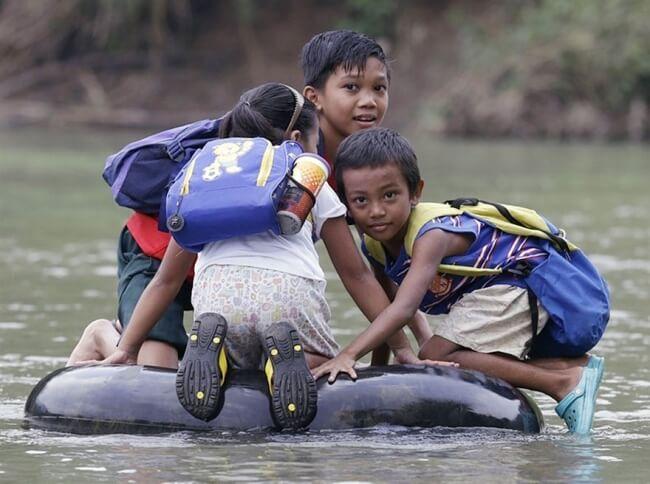 8532460-R3L8T8D-650-children-going-to-school-around-the-world-42