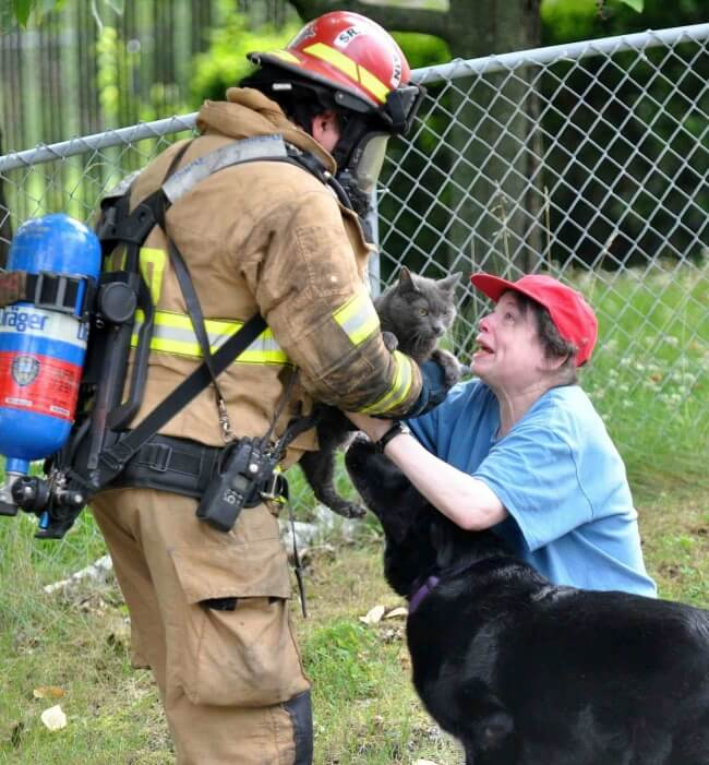 14353860-Fire-Fighter-Saves-Returns-a-Cat-To-a-Devasted-Worried-Woman-650-c8ce7d80e3-1484580106