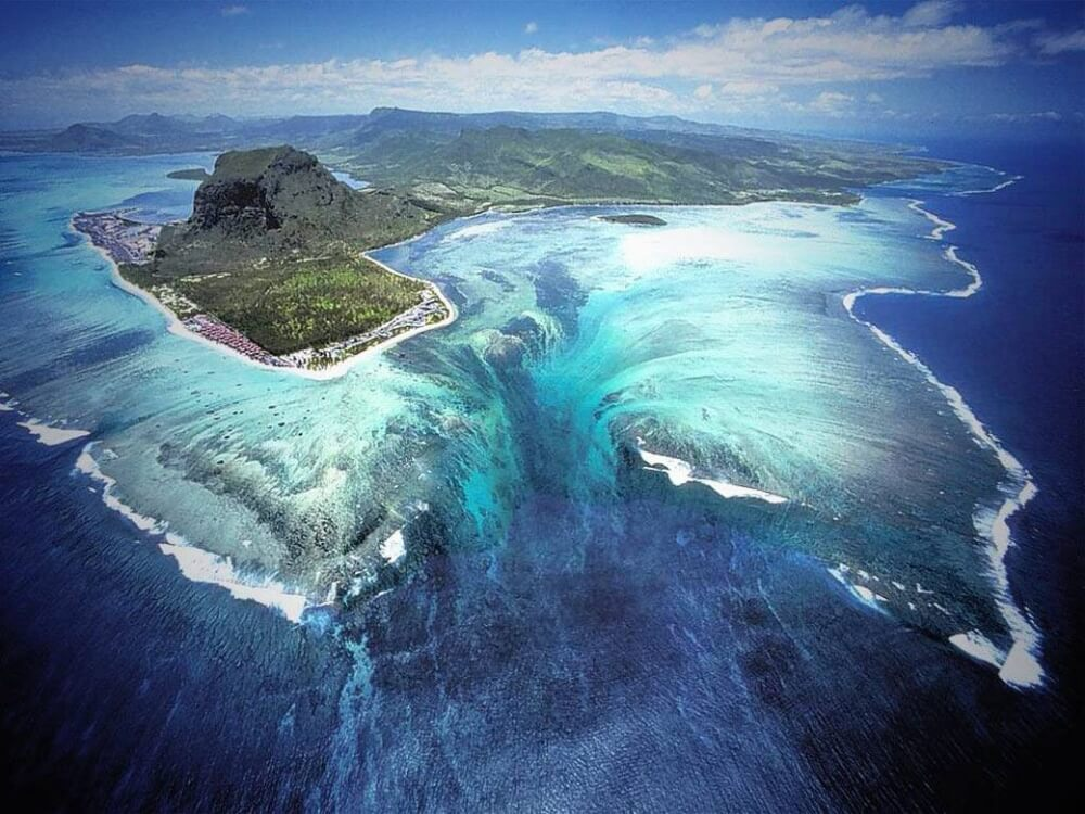 4343305-R3L8T8D-1000-unusual-underwater-waterfall-1